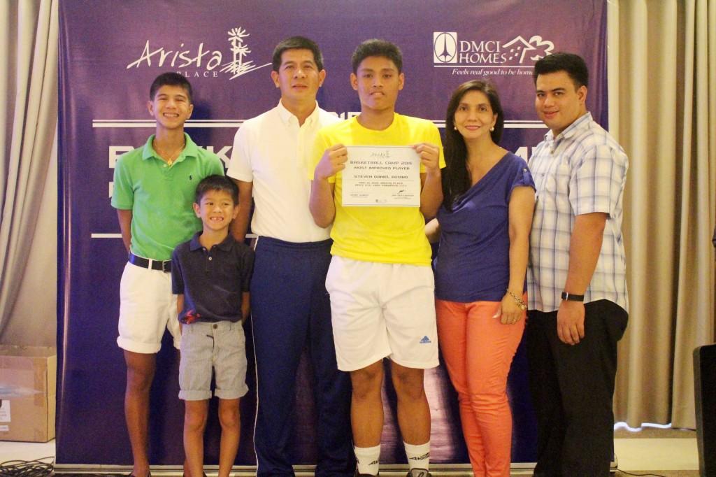 Parañaque City Councilor Jinky Favis awarded the participants with their certificates.