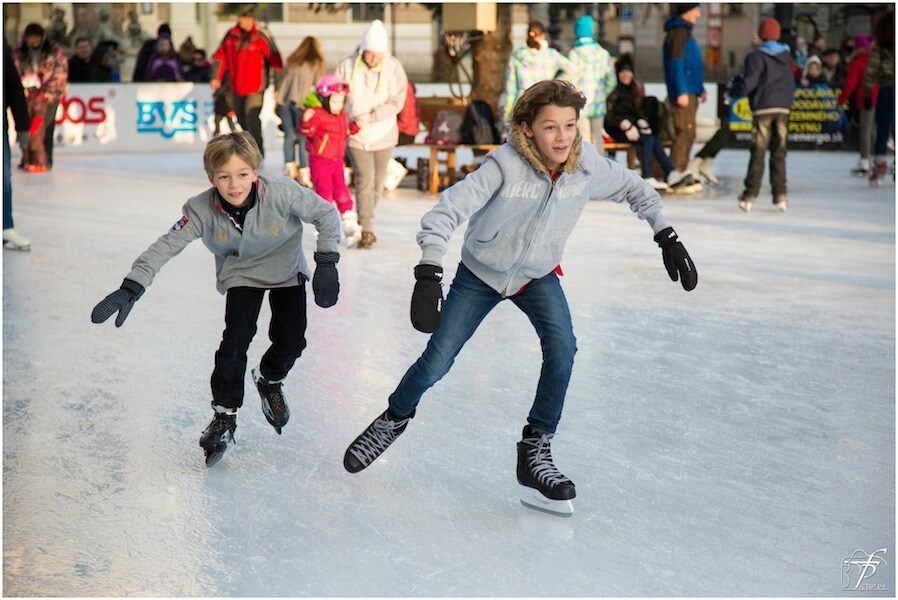 kids ice skating