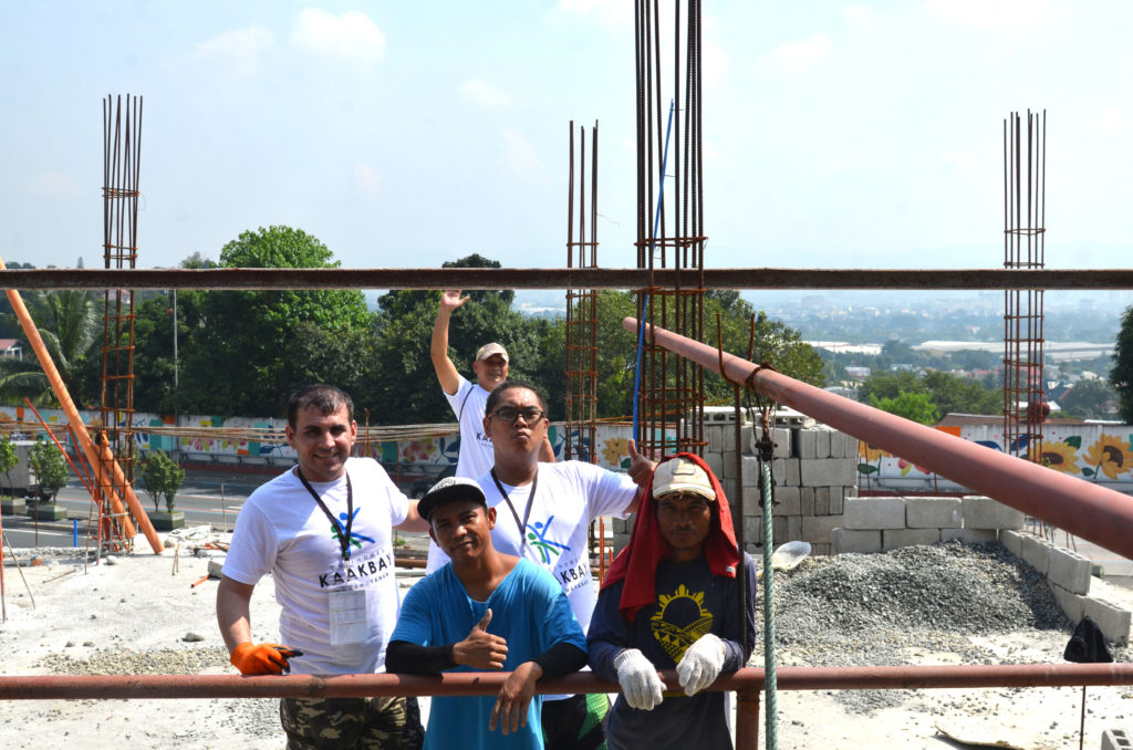 DMCI_Homes_Volunteers_enjoying_the_housebuilding_activity